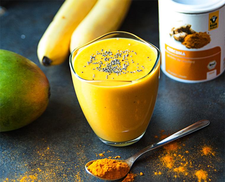 Leckerer Smoothie aus Curcuma und Mango