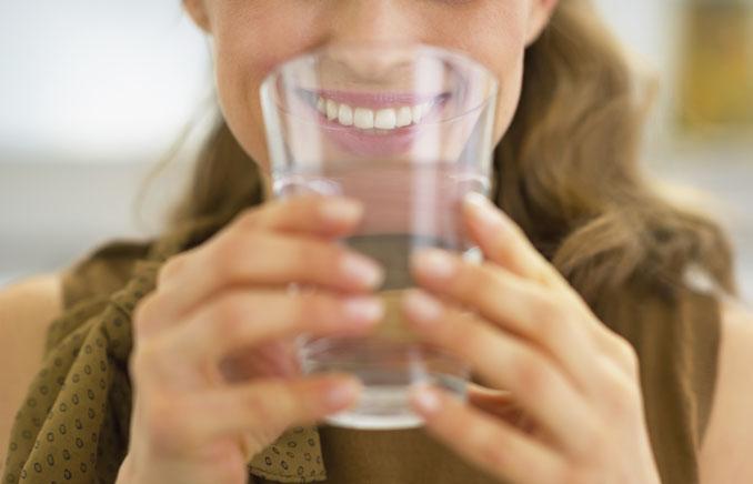 Beim klassischen Fasten verzichtet man auf feste Nahrung und trinkt viel Wasser und Kräutertees © Alliance/ iStock/ Thinkstock