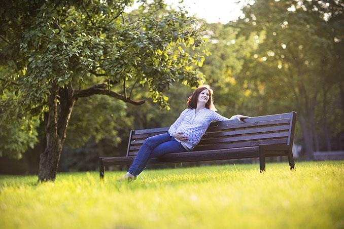 Frau auf einer Bank in der Natur