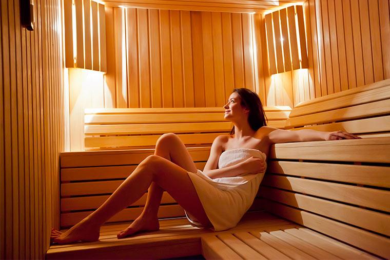Frau stärkt ihr Immunsystem in der Sauna
