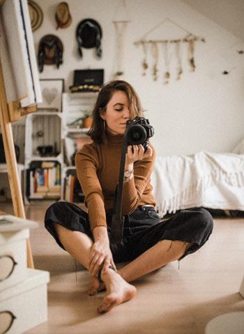 Frau fotografiert sich im Spiegel - Selbstliebe lernen: 5. Deine Umgebung