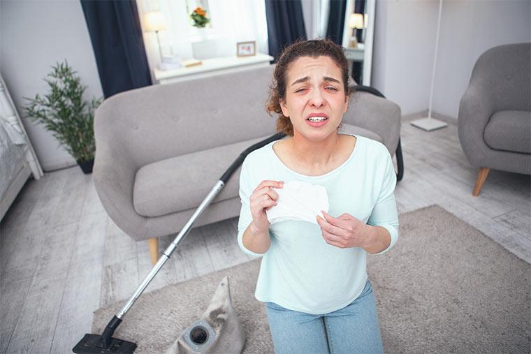 Frau mit einer Hausstauballergie
