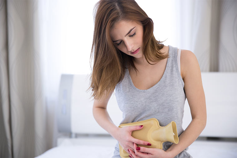 Frau mit Menstruationsbeschwerden