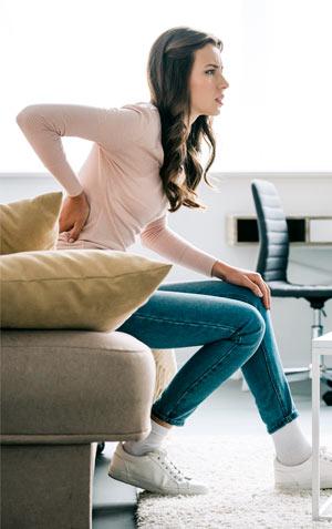 Kreuz- und Rückenschmerzen sind typische Anzeichen für Morbus Bechterew