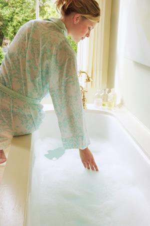 Ein Ingwerbad hilft bei Muskelkater, Rheuma oder Gliederschmerzen.