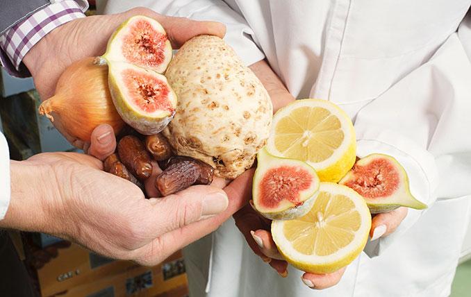 Gemüse und Früchte in der Hand