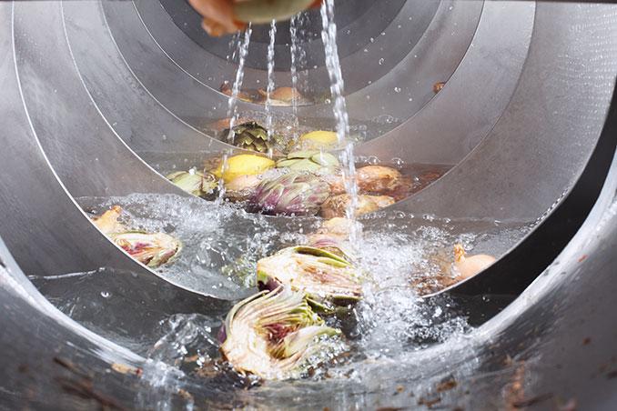 Gemüse wird gewaschen