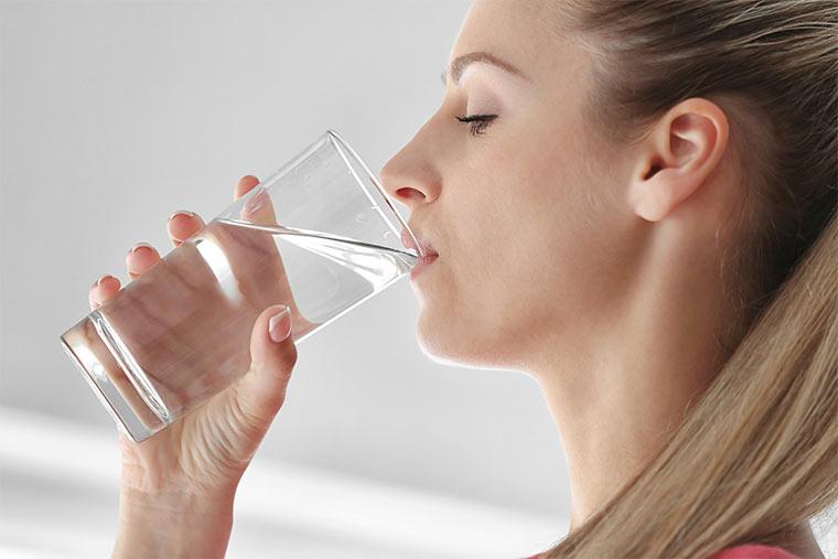 Wasser trinken kann gegen Sodbrennen helfen