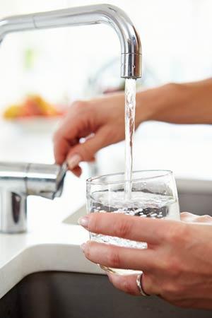 Glas mit Leitungswasser füllen