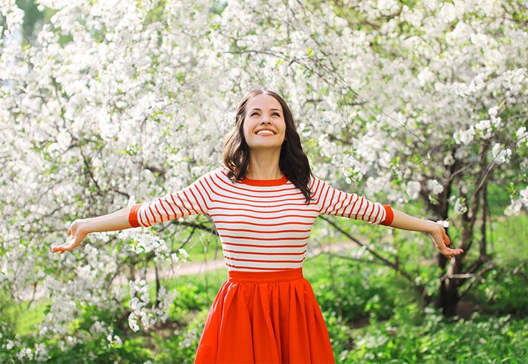 Fröhliche Frau im Frühling