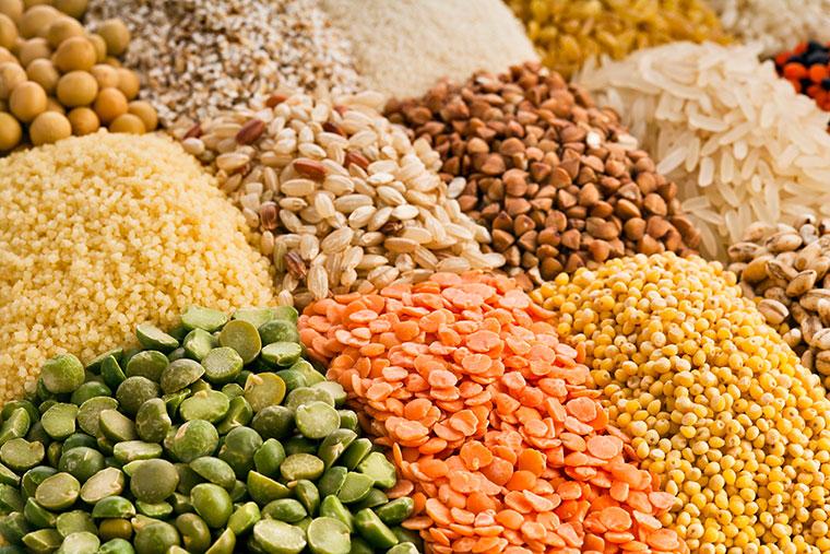Hülsenfrüchte und Pistazien liefern dem Körper viel Eisen.