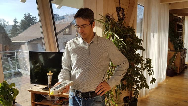 Der Physiker Mario Babilon ist elektrosensibel. Mit einem speziellen Messgera?t spu?rt er elektromagnetische Felder auf.