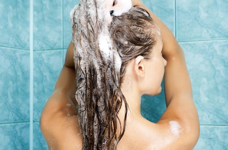 Abends vor dem zu Bett gehen duschen und Haare waschen. Anhaftende Pollen auf der Haut werden abgewaschen.
