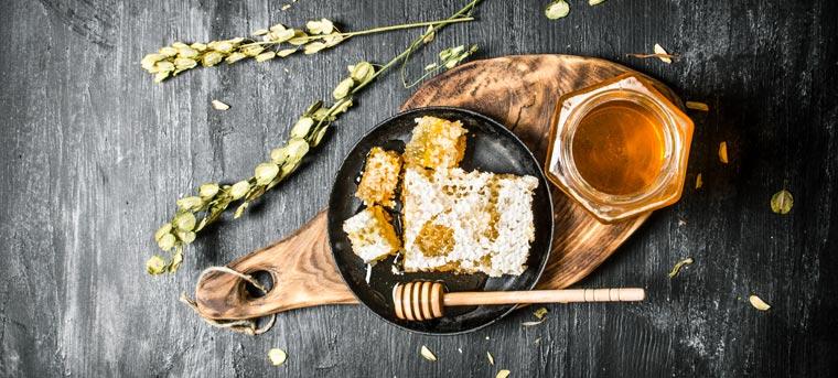 Hier erfahren Sie, wie Sie aus Honig mit Hilfe von weiteren Zutaten und der Kraft der Sonne ein wahres Lebenselixier herstellen können.