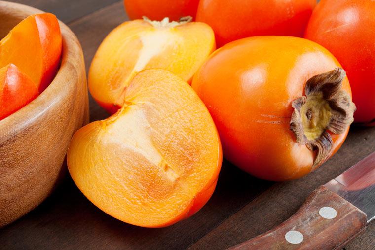 Kaki Frucht in Schale