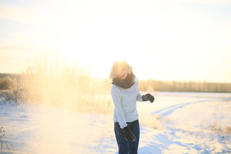 Lachende Frau im Schnee