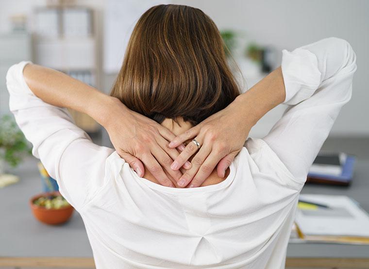 Viele Menschen leiden an schmerzhaften Nackenverspannungen.