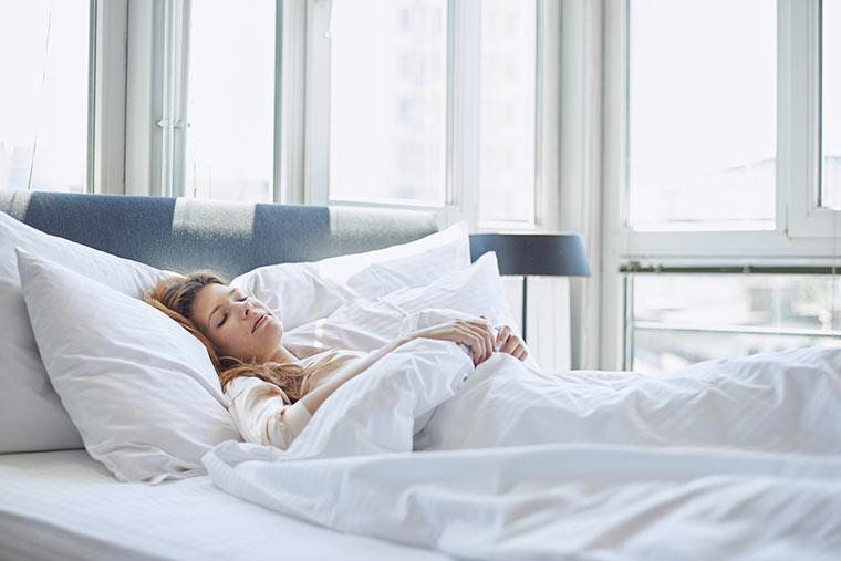 Mit erhöhtem Oberkörper schlafen