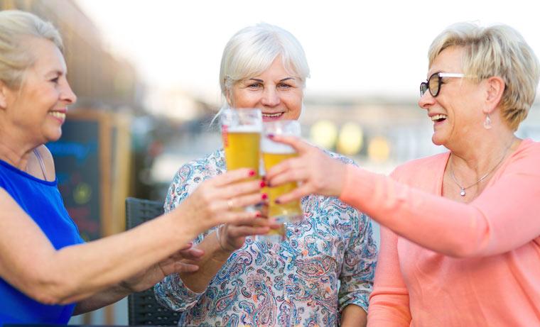 Ältere Frauen stoßen mit alkoholfreiem Bier an