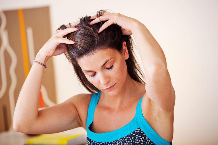 Spannungskopfschmerzen durch Selbstmassage effektiv lindern.