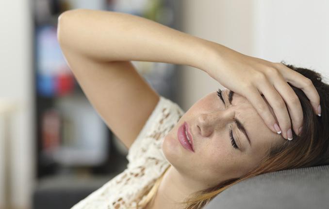 Erste Anzeichen einer Sommergrippe: Kratzen, Kopfschmerzen, Müdigkeit und eine laufende Nase