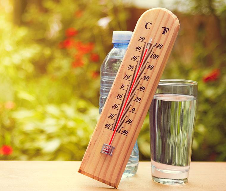 Die Gefahr eines Hitzeschlags ist bei hohen Temperaturen in der Mittagszeit am größten.