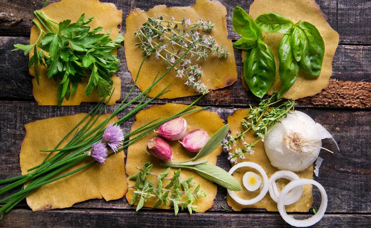 Vitamin K1 gibt es hauptsächlich in den Blättern verschiedener Grünpflanzen wie beispielsweise Kohl, Salat oder Kräutern wie Petersilie und Schnittlauch.
