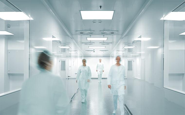 Wissenschaftler und Ärtzte in einer modernen Pharmafabrik