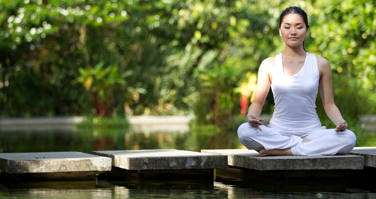 Das Tolle an Yoga ist, dass man nicht nur Stress und Spannung abbaut, sondern durch die Übungen auch ganz bewusst die eigene Fähigkeit trainiert, sich zu entspannen.