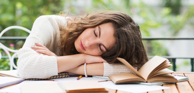 Die Müdigkeit könnte ebenso auf eine hormonelle Disbalance hindeuten, die Ihr Immunsystem belastet.