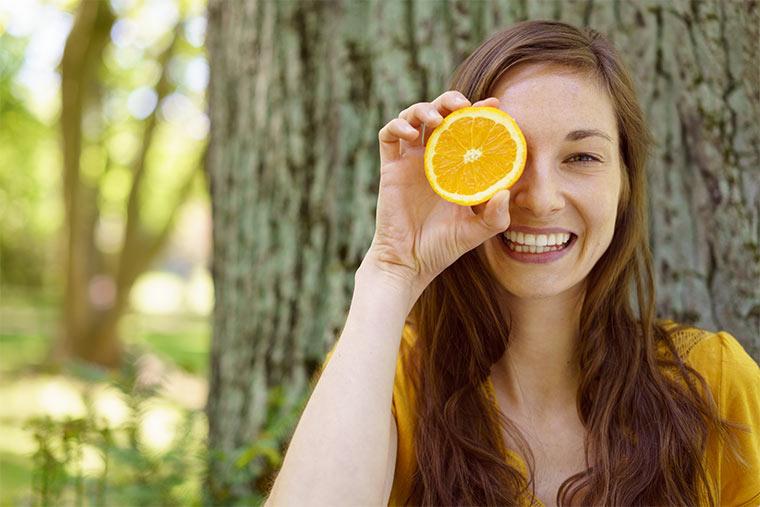 Natürliche Frau hält Orange