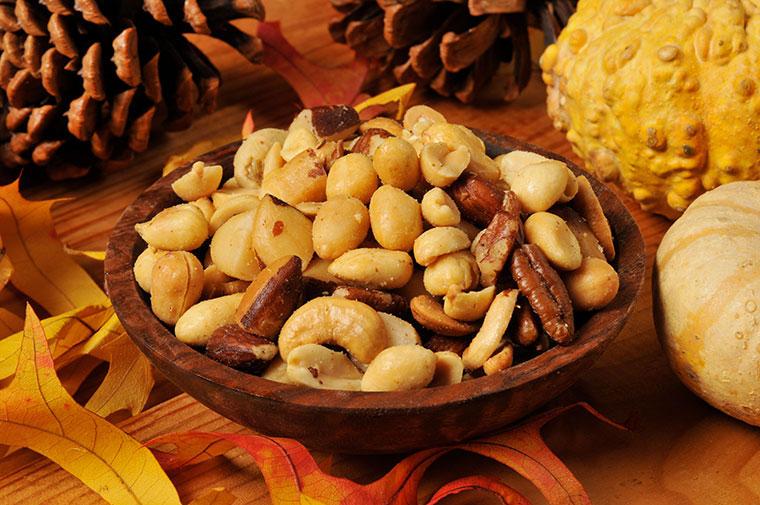 Erdnüsse, Cashwenüsse und Co. sind für dunkle Tage genau das Richtige.