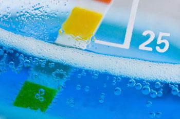 Der Säuregehalt von Lebensmitteln lässt sich mithilfe eines pH-Teststreifen messen. Der Farb-Indikator zeigt dann, ob das Lebensmittel eher basisch, neutral oder sauer ist.