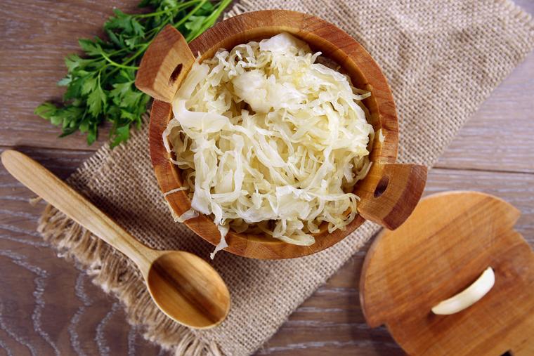 Sauerkraut enthält Milchsäurebakterien, die eine probiotische Wirkung haben.