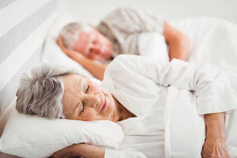 Älteres Paar schläft im Bett