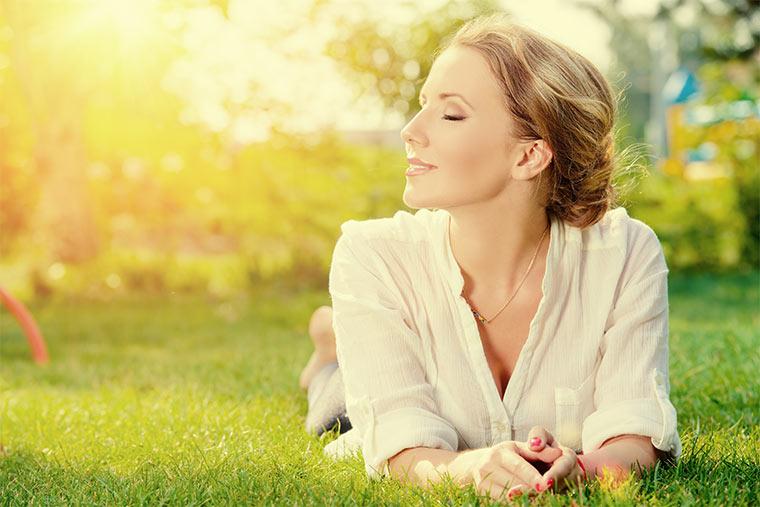 Sonnende Frau im Garten