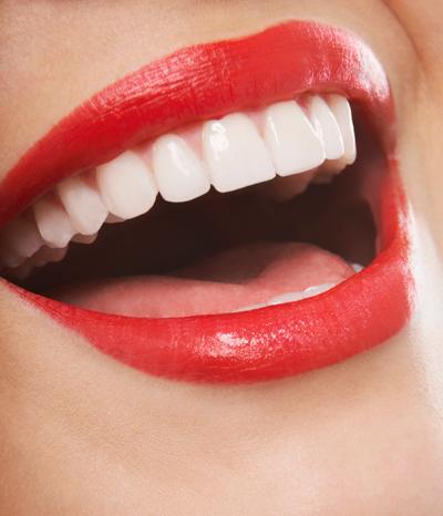 Strahlend weiße Zähne durch Apfelessig