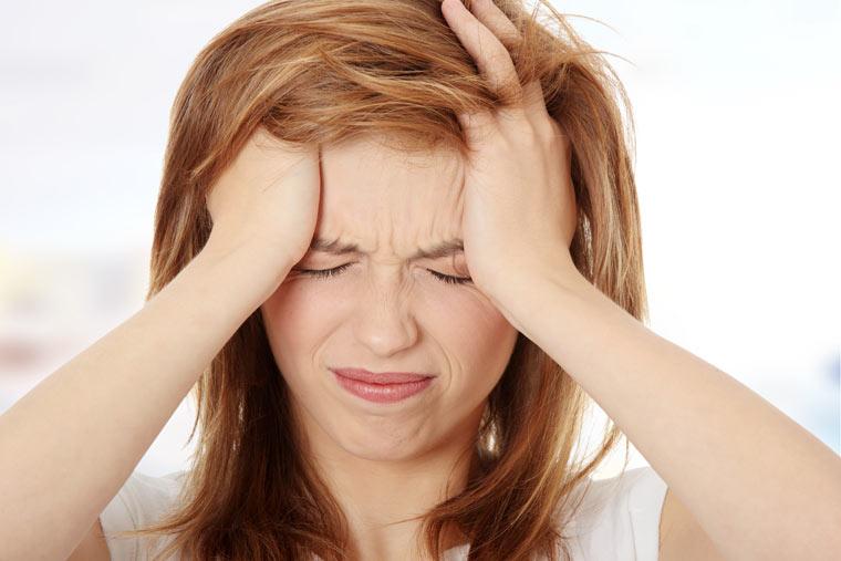 Frau mit Migräne