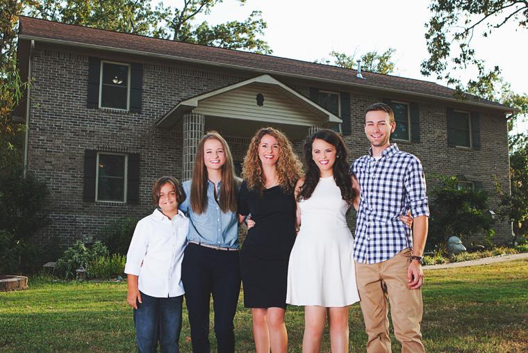 Cara Brookings mit ihren vier Kindern