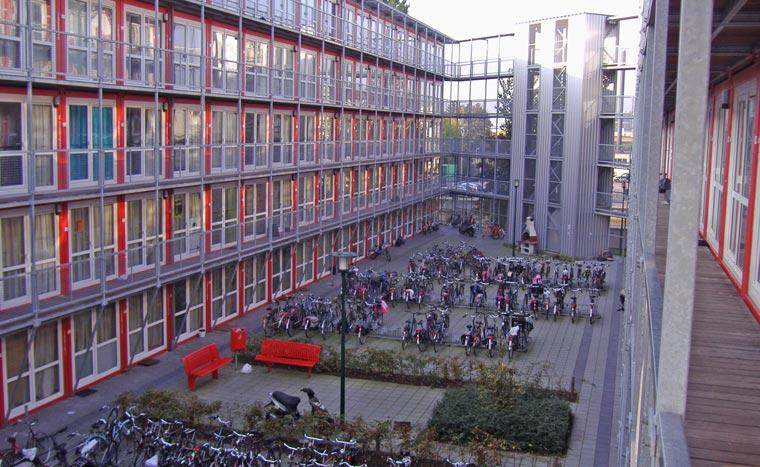 Die Containerstadt Keetwonen in Amsterdam sieht aus wie eine typische Studentenwohnanlage
