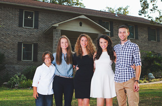 Mutter baut alleine mit vier Kindern ihr eigenes Haus