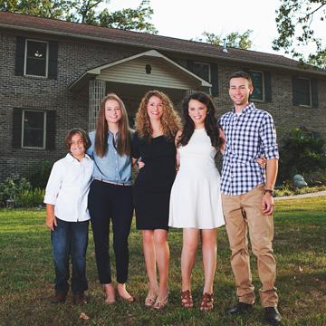 Alleinerziehende Mutter baut mit 4 Kindern ihr eigenes Haus