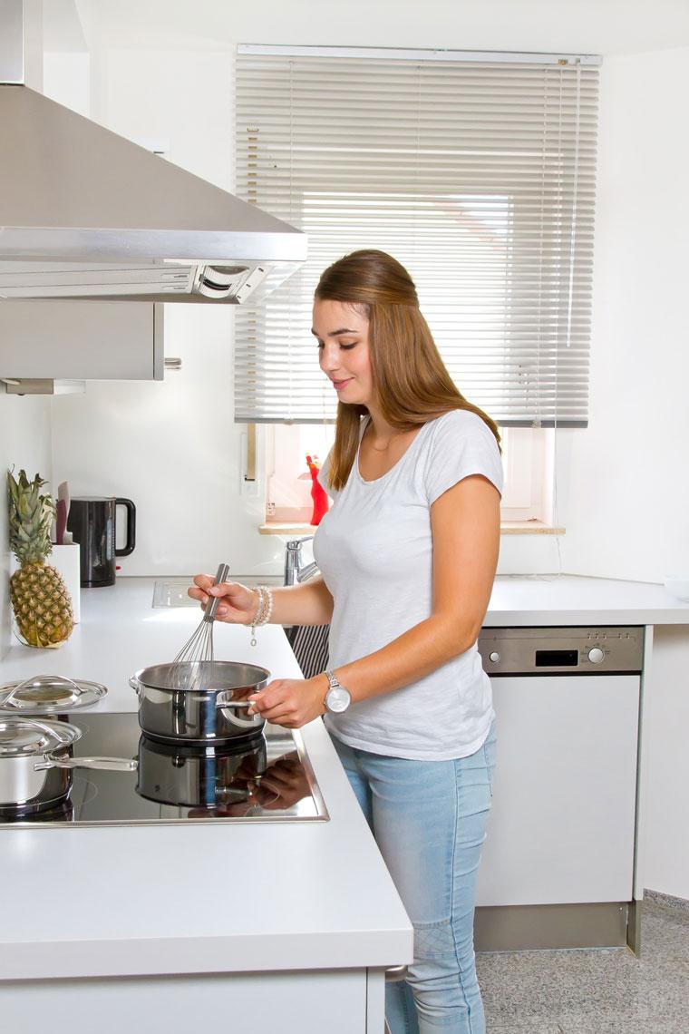 Stoßgefahr für größere Köchinnen und Köche ? Wandhauben ragen mitunter weit in den Raum hinein.