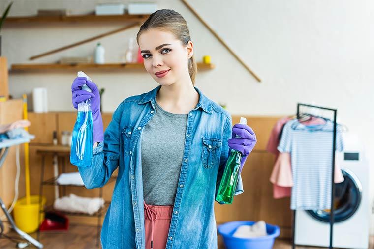 Frau erledigt Hausarbeit
