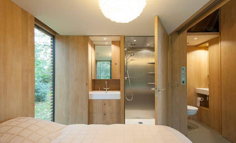 Gartenhaus tiny house aus holz im garten wohnen darf man das for Gartenlaube modern einrichten
