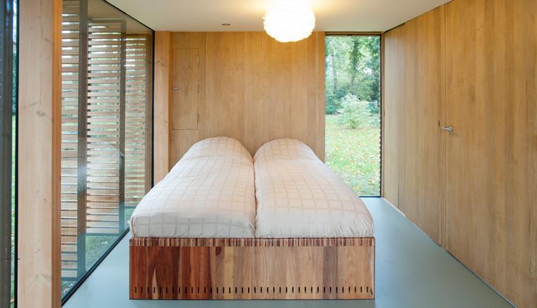 Der Schlafbereich kann durch Schiebepaneele abgetrennt werden