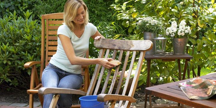 Holz oder Kunststoff: So pflegen Sie Ihre Gartenmöbel richtig