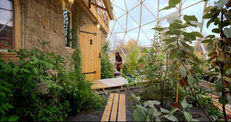 selbstversorger haus diese norwegische familie lebt im eigenen glasdome. Black Bedroom Furniture Sets. Home Design Ideas