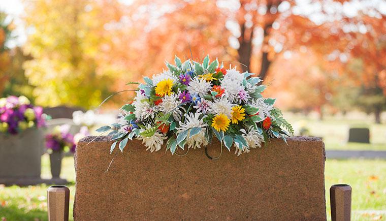 Ein schönes herbstlich dekoriertes Grab