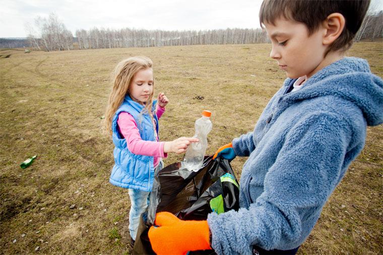 Müll sammeln in der Natur